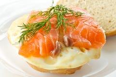Sandwich avec l'oeuf et les saumons salés Images stock