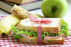Sandwich avec la barre de jambon, de pomme, de banane et de granola Image stock