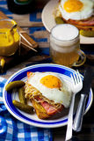 Sandwich avec la choucroute, le jambon et les oeufs au plat Images stock