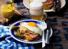 Sandwich avec la choucroute, le jambon et les oeufs au plat Photo libre de droits
