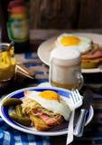 Sandwich avec la choucroute, le jambon et les oeufs au plat Photos stock