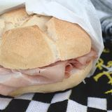 Sandwich avec la mortadelle photos libres de droits