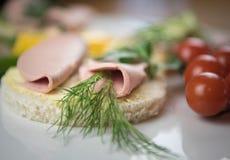 Sandwich avec la saucisse images libres de droits