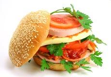 Sandwich avec la saucisse et le fromage Images libres de droits