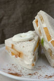Sandwich avec le fruit frais et la crème fouettée Photographie stock