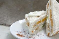 Sandwich avec le fruit frais et la crème fouettée Photos libres de droits
