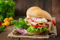Sandwich avec le lard et l'oeuf poché Images stock