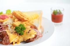 Sandwich avec le lard, le fromage, le concombre et les herbes Image libre de droits