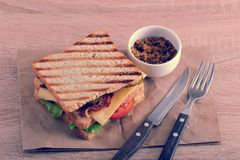 Sandwich avec le lard, le fromage, la tomate et la moutarde de Dijon Photo libre de droits
