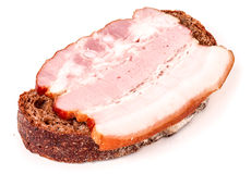 Sandwich avec le lard rayé de jambon sur un fond blanc photo stock