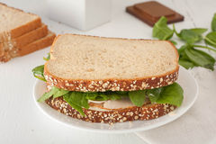 Sandwich avec le mayonaisse, la dinde, le fromage et frais Photos stock