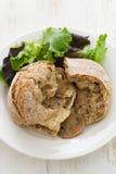 Sandwich avec le poulet et les champignons du plat blanc Images stock