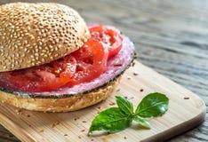 Sandwich avec le salami et les tomates Image stock