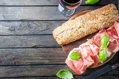 Sandwich avec le serrano et le basilic de jamon Images stock
