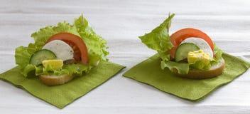 Sandwich avec les légumes, le fromage et l'oeuf Photographie stock libre de droits