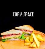Sandwich avec les pommes de terre cuites au four sur un conseil en bois Copiez l'espace images libres de droits