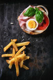 Sandwich avec les pommes de terre frites images libres de droits