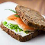 Sandwich avec les saumons fumés Photos stock