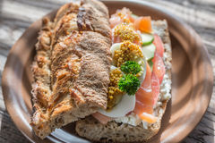 Sandwich avec les saumons, l'avocat et les oeufs Photo stock