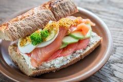 Sandwich avec les saumons, l'avocat et les oeufs Photos libres de droits