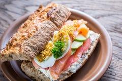 Sandwich avec les saumons, l'avocat et les oeufs Images libres de droits