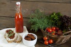 Sandwich avec les tomates et l'arugula séchés au soleil, tomates séchées au soleil, tomates fraîches Photographie stock libre de droits