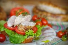 Sandwich avec les tomates et la saucisse faite maison Photographie stock