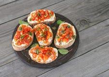 Sandwich avec les tomates, le fromage de chèvre et le basilic photographie stock