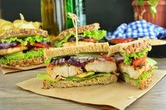 Sandwich ? blanc de dinde avec du pain et les l?gumes entiers de grain photo libre de droits