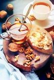 Sandwich Boterokkernoten Honey Chopping Board Toned Image royalty-vrije stock afbeelding