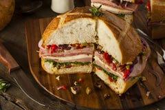 Sandwich à Cajun Muffaletta avec de la viande et le fromage Image libre de droits