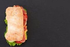 Sandwich ? ciabatta avec de la laitue, le prosciutto et le fromage au-dessus du fond en pierre Vue sup?rieure avec l'espace de co photos libres de droits