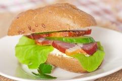 Sandwich con bacon affumicato immagini stock libere da diritti
