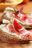 Sandwich con il formaggio di capra e di prosciutto di Parma Fotografie Stock