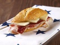 Sandwich corrigé à jambon et à fromage. Image libre de droits