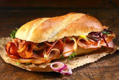 Sandwich delle baguette con il prosciutto e la cipolla Fotografie Stock Libere da Diritti