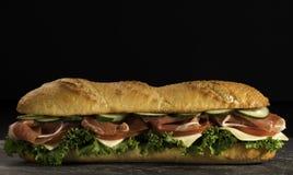 Sandwich croustillant énorme à baguette avec de la viande et des légumes Fin vers le haut Photographie stock libre de droits