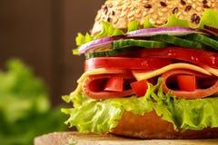 Sandwich délicieux à jambon, à fromage et à salami photo libre de droits