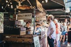Sandwich de achat à boeuf de sel d'homme de support du marché du ` s de Nana Fanny sur le marché de ville, Londres, R-U photo libre de droits