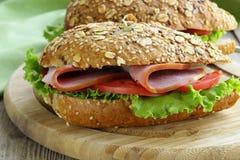 Sandwich de pain complet avec du jambon photo stock