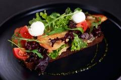 Sandwich de Rye avec le poulet et le mozzarella grillés photo libre de droits