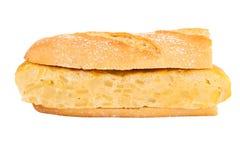Sandwich de tortilla espagnole (omelette) sur le blanc Photographie stock