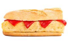 Sandwich de tortilla espagnole sur le blanc Photo stock
