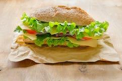 Sandwich des strengen Vegetariers mit Käse, Gemüse und Grüns Stockfoto