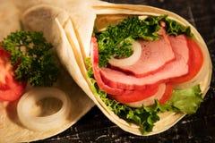 Sandwich des verts de légumes frais de laitue et de la viande fumée images libres de droits