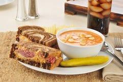 Sandwich di Reuben con la minestra della zuppa di pesce del pomodoro immagine stock