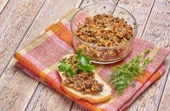 Sandwich du caviar de champignon décoré des verts image stock