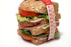 Sandwich effectué frais avec le salami et la salade Images stock