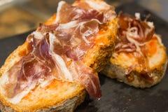 Sandwich espagnol à tapas avec le jamon de jambon Image libre de droits