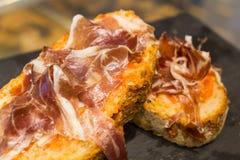 Sandwich espagnol à tapas avec le jamon de jambon Images libres de droits